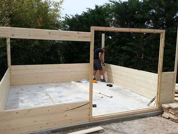 Montagio casette di legno basi di fondamenta